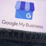 Kieszeń spodni z której wystaje ekran z napisem Google My Business